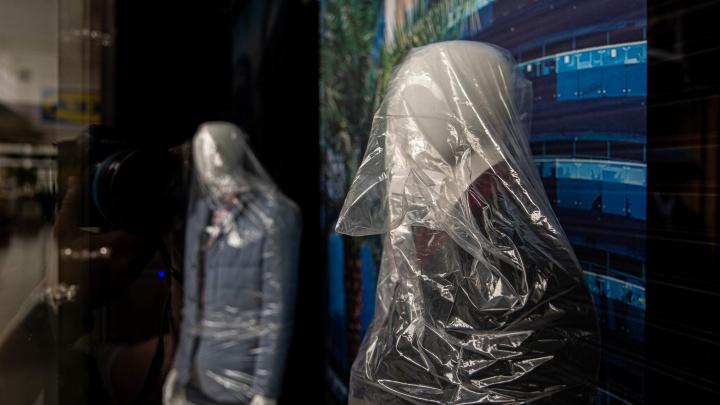 Затихли и замерли. Фотограф НГС пробрался в закрытые торговые центры — 12 мрачных кадров оттуда