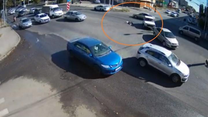 Остановились единицы: в Волгограде мужчина на 11 минут распластался посреди Второй продольной