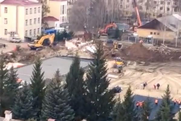 На территории нижегородского военного госпиталя уже неделю ведётся какая-то стройка