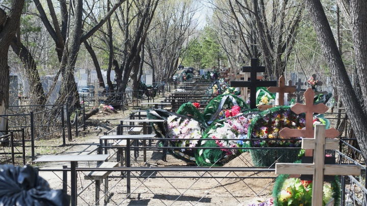 В Челябинске закроют кладбища в родительский день