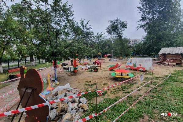В детском парке частично огородили территорию