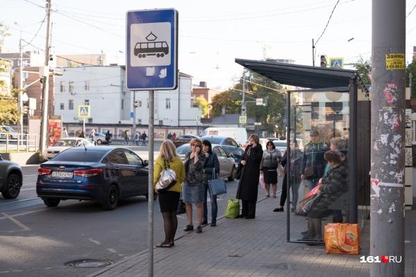 Власти хотят уменьшить толпы на остановках