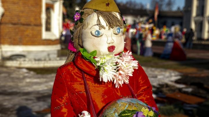 «Победоносовна»: в Ярославле масленичную куклу нарядили в военную пилотку