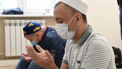 Ураза-байрам в самоизоляции: служащие мечети в Старом Кировске провели закрытую молитву