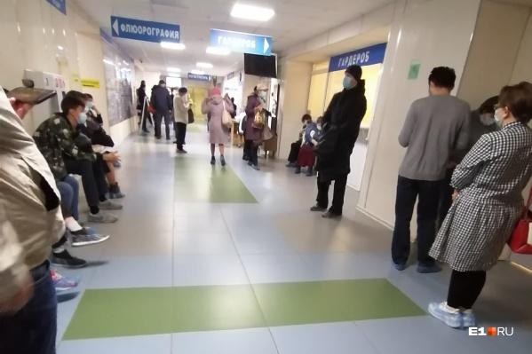 Такие очереди сейчас в большинстве поликлиник Екатеринбурга, где делают тесты на COVID