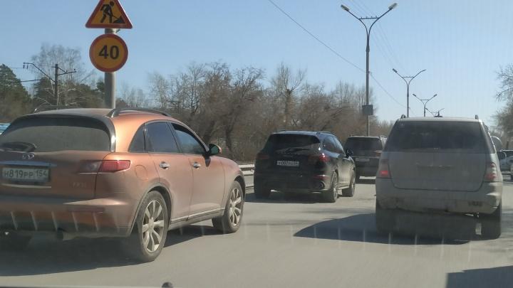 В Новосибирске собралась большая пробка на Бердском шоссе — там ремонтируют дорогу