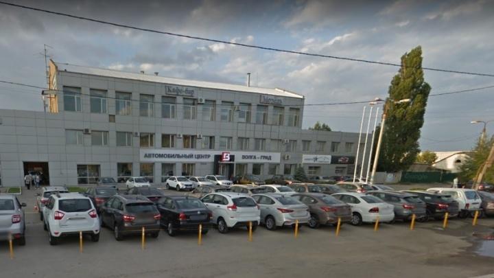 Двери закрыты, телефон не отвечает: в Волгограде прекратил работу скандальный автосалон