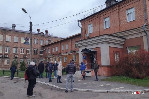 Люди толпятся у дверей лаборатории