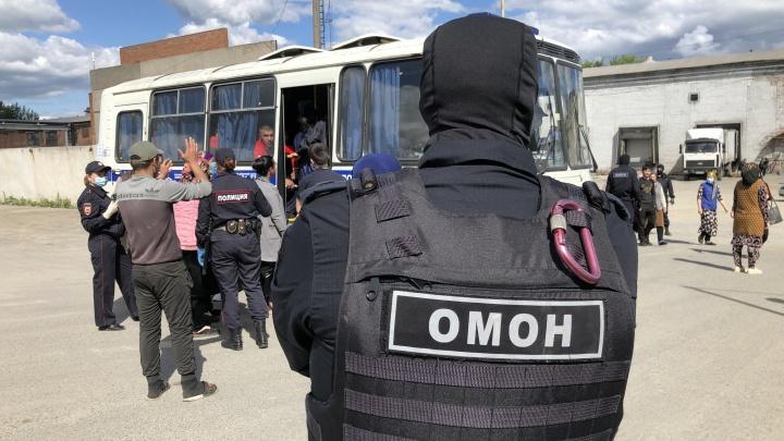 В Екатеринбурге на продуктовую базу нагрянула полиция с ОМОНом для проверки иностранцев