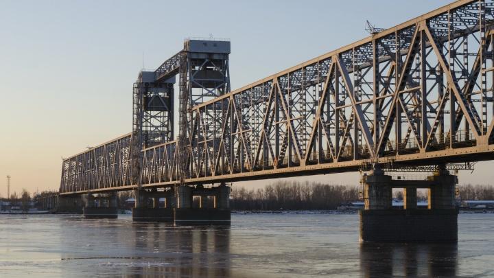 В Архангельске по ночам будут перекрывать движение по железнодорожному мосту