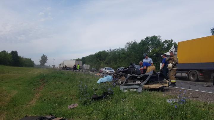 Авто разорвало на части: в Самарской области «Приора» столкнулась лоб в лоб с фурой