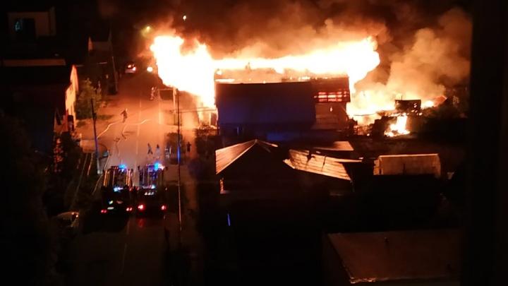 Сначала загорелась баня, а затем жилой дом. На Лопарева в Тюмени произошел крупный пожар