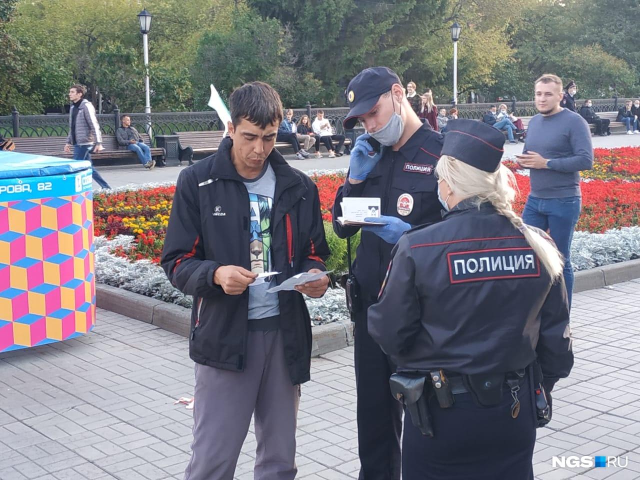 Мужчину, который пытался громко перебивать кандидатов, проверяет полиция