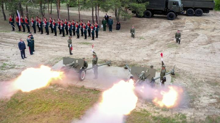 В былые времена стартовал «Бессмертный полк»: показываем с высоты «Выстрел памяти» в Волгограде