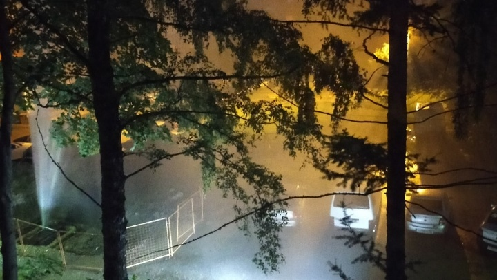«Фонтан до 3 этажа бил»: в Брагино вода из прорвавшей трубы хлестала во дворе жилого дома