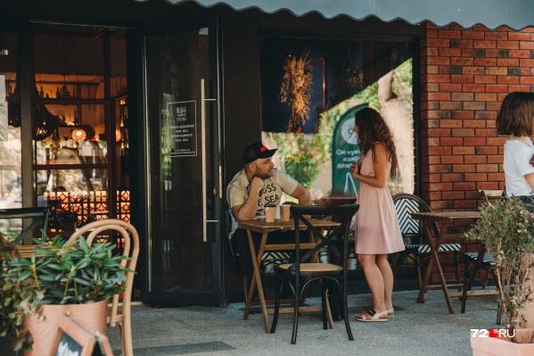 Некоторые тюменцы говорят, что соскучились по общественным местам и кафе, где раньше встречались с близкими и отдыхали до пандемии. А вы? <br><br>