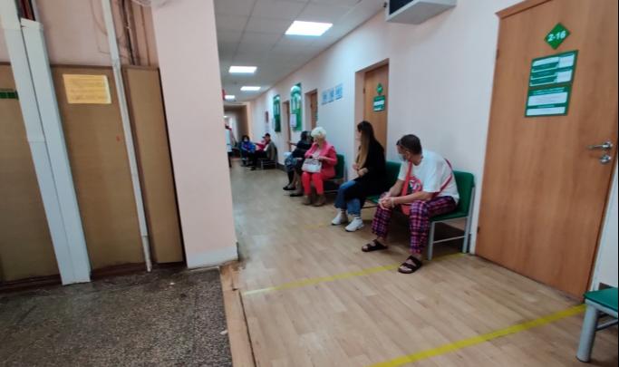 «Не плохая поликлиника, а хорошая кулинария»: волгоградец — об ожидании приема пациентом с температурой