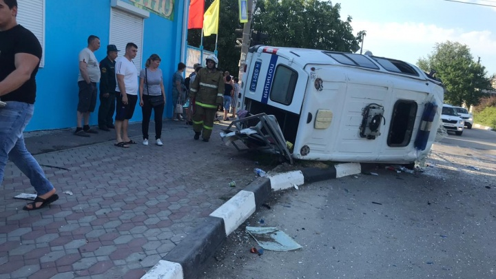 В Батайске столкнулись полицейская «Газель» и легковушка