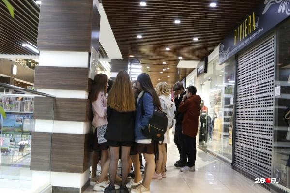 Посетителей в торговых центрах пока не много, но они есть