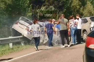Жуткая авария на Енисейском тракте: Toyota Celica вмяло в отбойник
