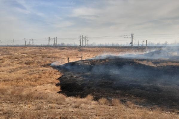 Фронт огня идет на дачи и поселок