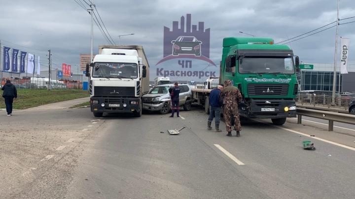 Авария с двумя фурами закрыла въезд в Красноярск со стороны Солонцов