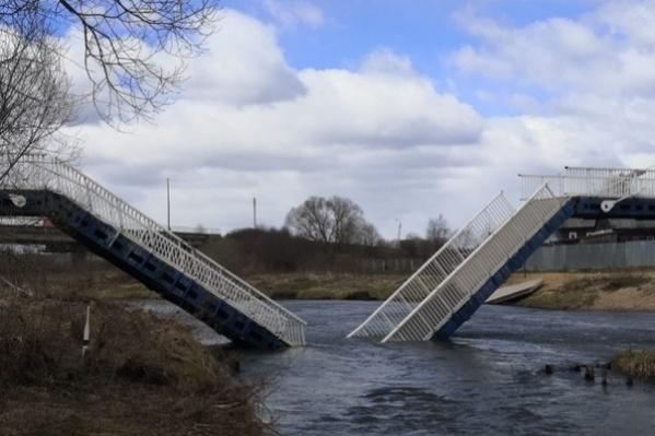 Власти говорят, что мост не выдержал порывов ветра