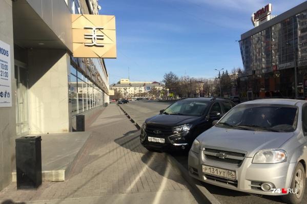 Обычно наглухо забитая парковка возле «Золотого яблока» теперь пустует, но супермаркет продолжил работу