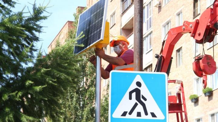 В Омске на «зебрах» возле 23 школ установят импульсные светофоры