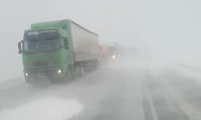 В Курганской области из-за метели ограничили движение большегрузов