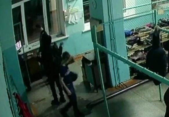 «А после началась травля»: охранник школы пнул третьеклассника