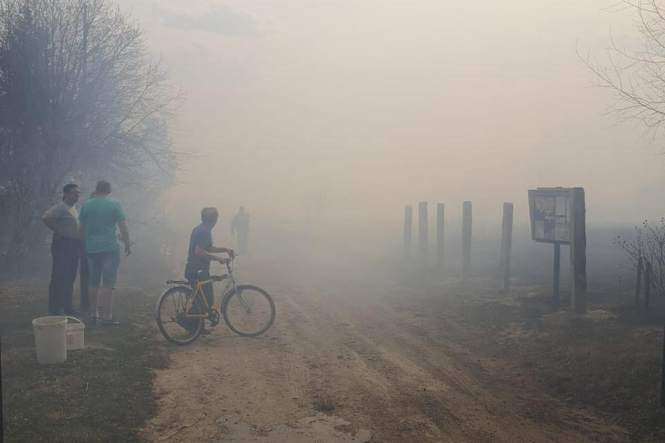 Люди выбегали на улицу с ведрами и помогали тушить огонь. Из-за дыма видимость в поселке сильно ухудшилась