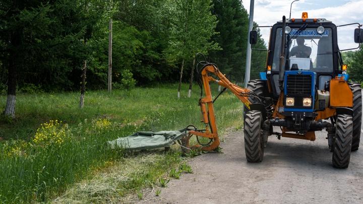 Как в Челябинске косят траву с помощью трактора: интересные кадры были сняты по дороге в аэропорт