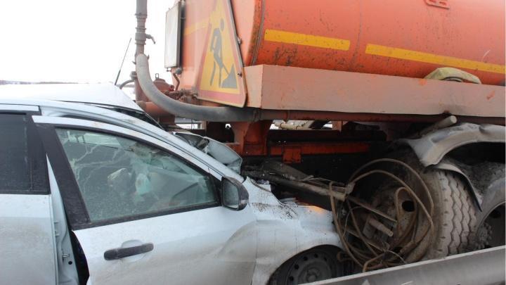 На тюменской трассе Lada «впечаталась» в снегоуборочную машину. Погиб мужчина