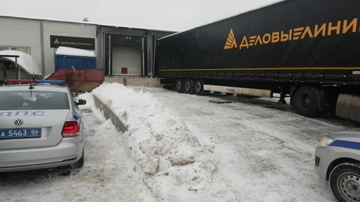 В Екатеринбурге прекратили дело против дальнобойщика, который раздавил грузчика о стену