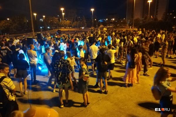 Молодые люди устроили шумную вечеринку прямо под окнами правительства региона