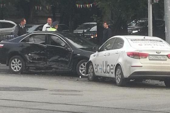 Пострадала пассажирка: в центре Екатеринбурга водитель такси спровоцировал аварию
