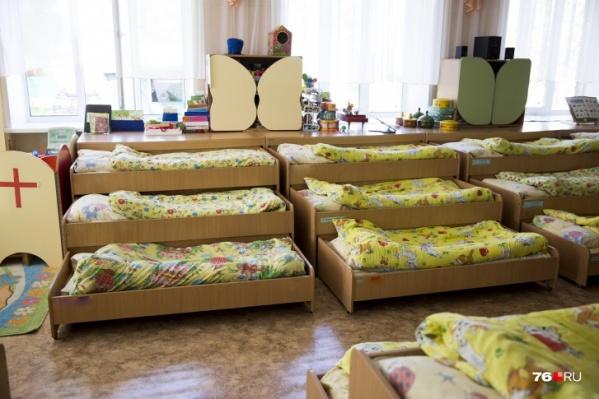 На карантин отправили всех работников, контактировавших с заболевшими родителями