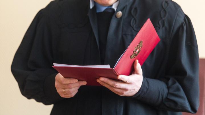 В Кузбассе бизнесмены и адвокат две недели удерживали мужчину и требовали деньги. Их осудили