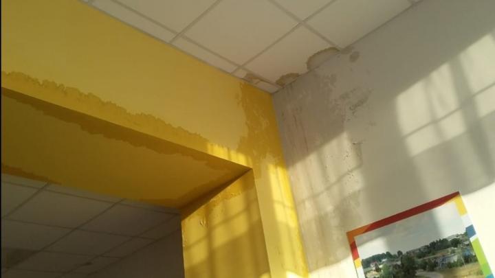 Осенью в Щучьем Озере построили новую школу, но сейчас в ней течет потолок. Разбираемся с проблемой