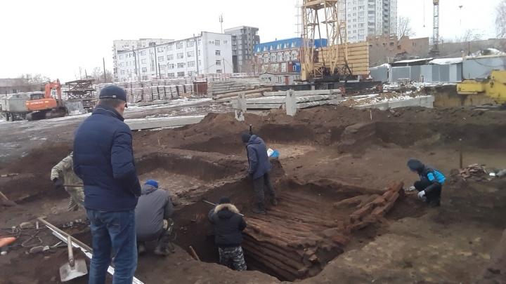 В Кургане челябинские археологи откопали и вскрыли погреб XIX века