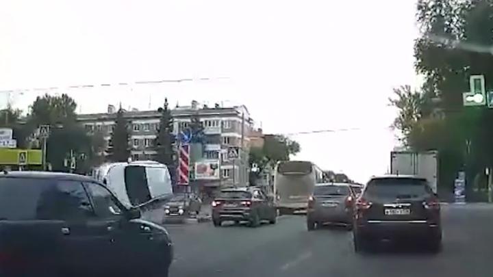 Подлетел на островке безопасности: появилось видео момента ДТП на Авроры — Гагарина