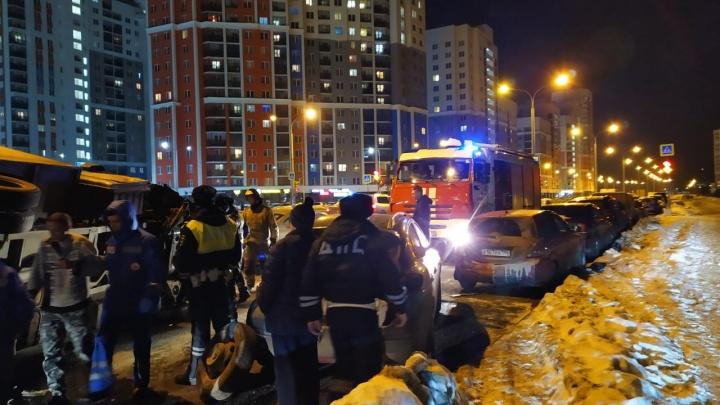 На улице Краснолесья пьяный водитель опрокинул грузовик на припаркованные машины