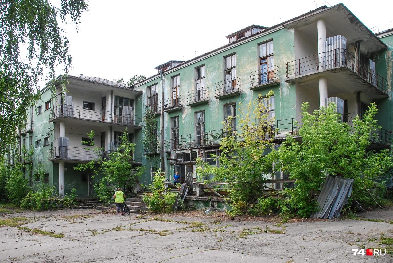 Облик самого здания вызывает печаль иного рода: интересная архитектура, но состояние...