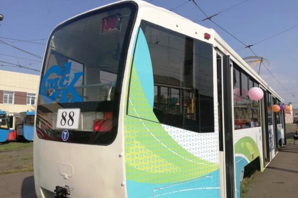 Вагон окрасили в традиционные цвета муниципального транспорта Омска