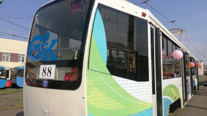 На улицы Омска вышел первый из десяти московских трамваев