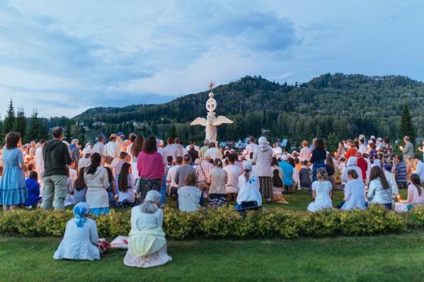 На праздники в общину приезжают люди со всех близлежащих деревень
