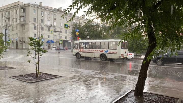 Посреди солнечного рабочего дня на Красноярск обрушился ливень