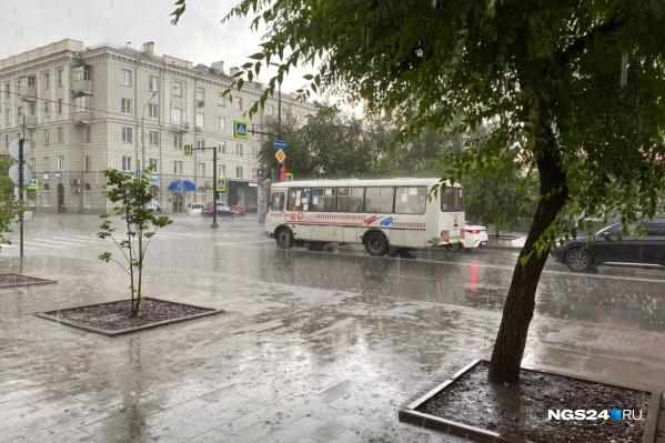 Дождь обрушился на город внезапно