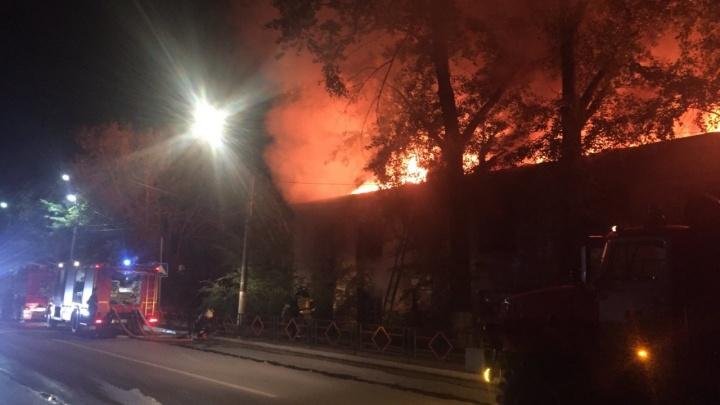 Огненное зарево над городом: в Самарской области сгорел огромный барак